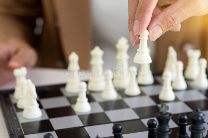 Biznesmena główkowanie dlaczego bawić się szachową pojęcie strategię biznesową zdjęcie royalty free