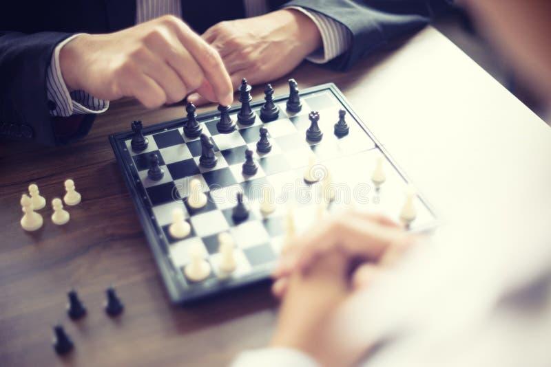 Biznesmena główkowanie dlaczego bawić się szachową pojęcie strategię biznesową fotografia royalty free