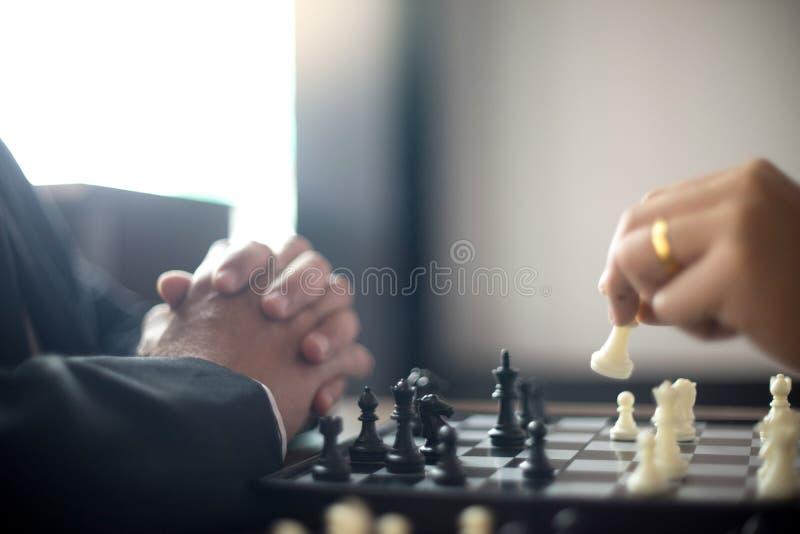 Biznesmena główkowanie dlaczego bawić się szachową pojęcie strategię biznesową obraz stock