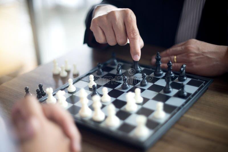 Biznesmena główkowanie dlaczego bawić się szachową pojęcie strategię biznesową zdjęcia stock