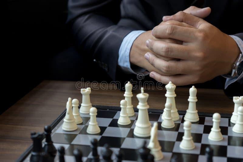 Biznesmena główkowanie dlaczego bawić się szachy fotografia royalty free
