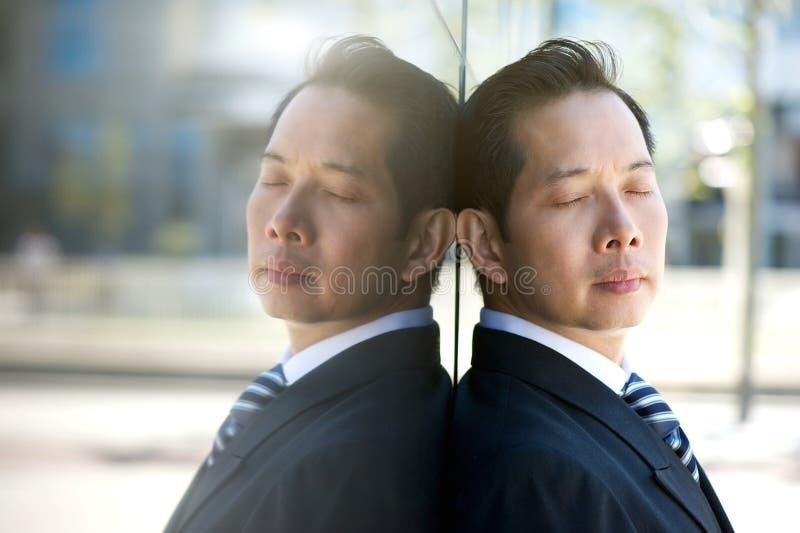 Biznesmena główkowanie z oczami zamykającymi fotografia royalty free