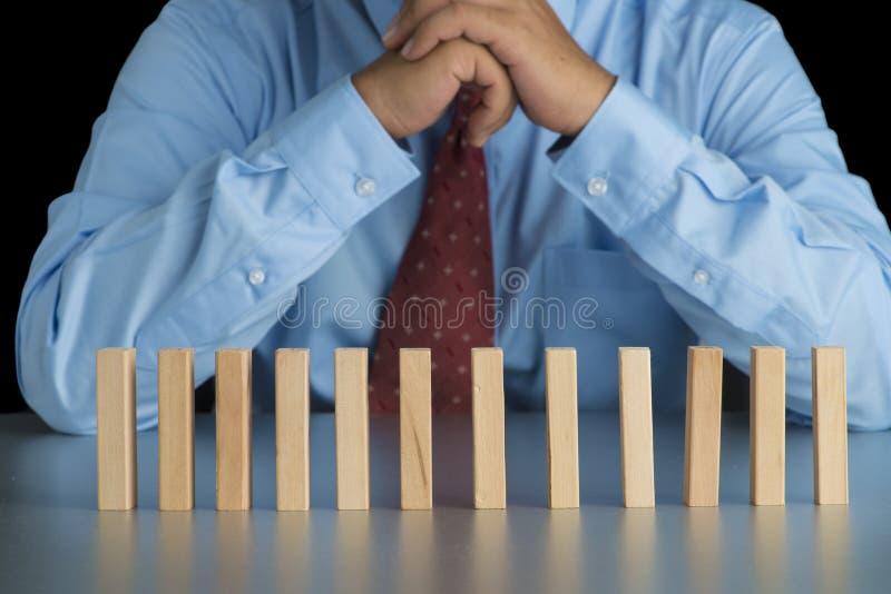 Biznesmena główkowanie za drewnianym blokiem w rzędzie, metafora b zdjęcie stock