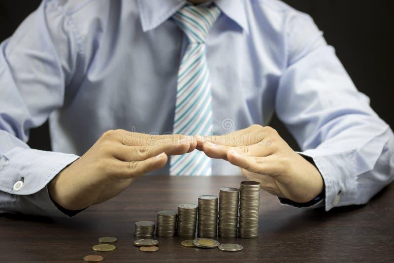 Biznesmena gacenie staced pieniądze zdjęcie stock