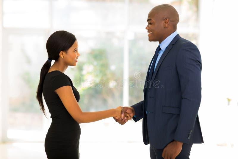 Biznesmena handshaking bizneswoman zdjęcie royalty free