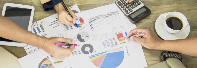 Biznesmena i Biznesowych kobiet drużyna analizuje dokument prezentacji udziałowów spotykać, mapy i marketingowego planu wykresy,  obraz royalty free