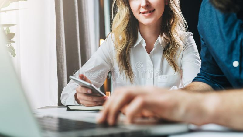Biznesmena i bizneswomanu obsiadanie przy stołem przed laptopem i patrzeć monitoru Mężczyzna pisać na maszynie na laptopie obrazy royalty free