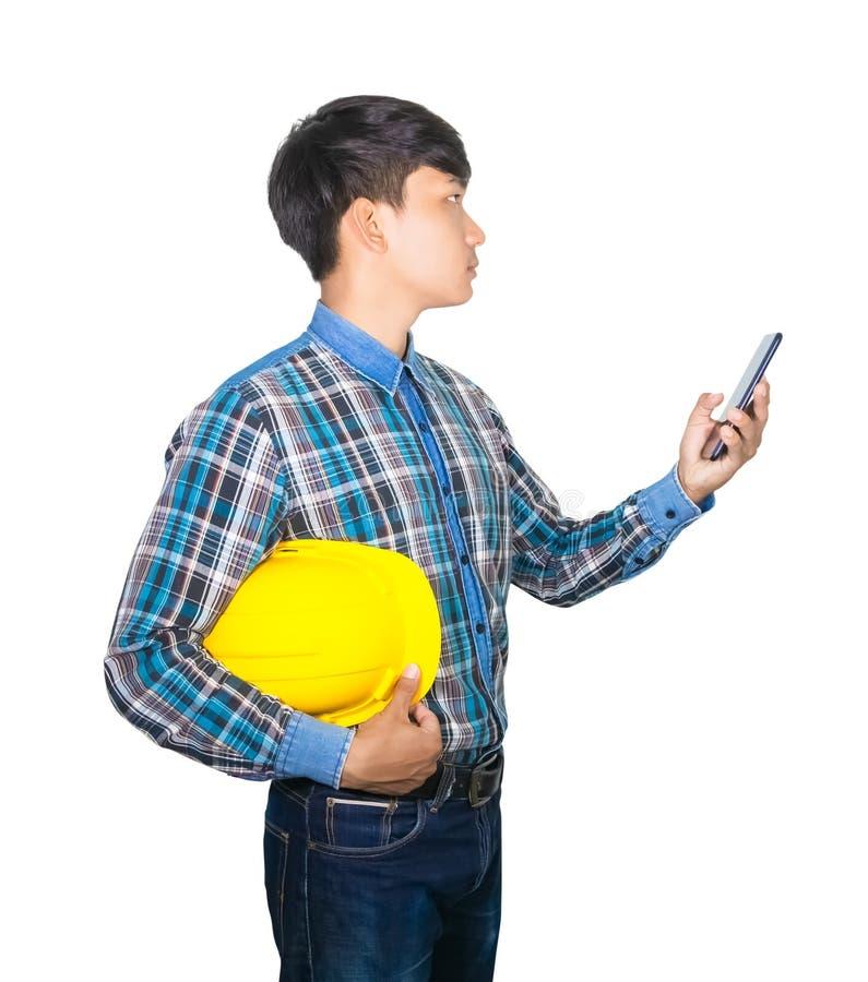Biznesmena inżyniera rozmowy rozkaz z telefonem komórkowym z 5g siecią, szybkościowy mobilny internet i chwyta żółty zbawczy hełm zdjęcie royalty free