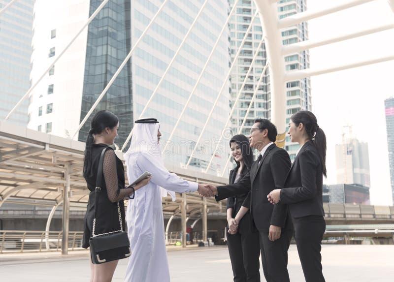 Biznesmena język arabski z ludzie biznesu robi uścisk dłoni zgodzie poj?cie partner biznes zdjęcie royalty free