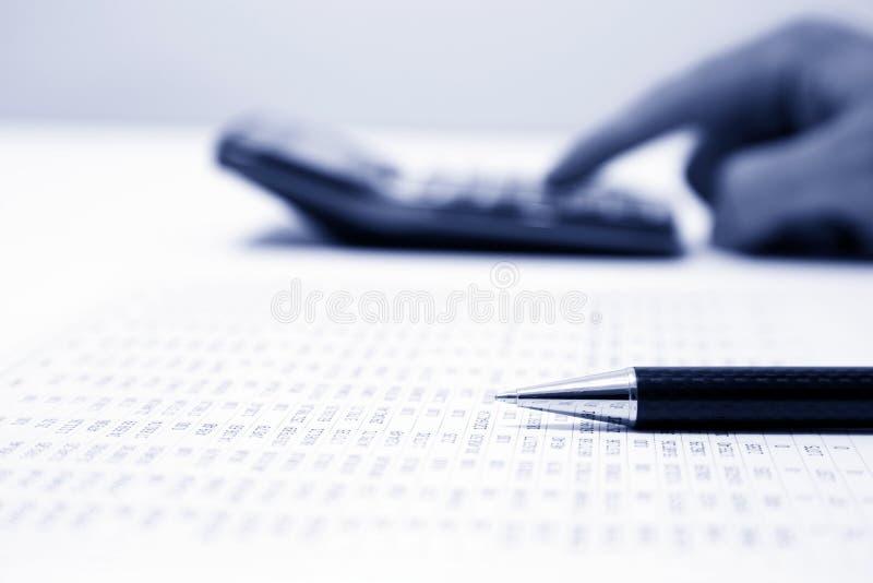 Biznesmena kalkulatorski koszt zdjęcie stock