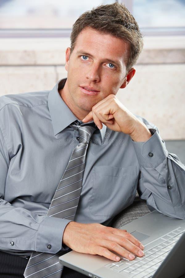Download Biznesmena Kamery Laptopu Target1592_0_ Zdjęcie Stock - Obraz złożonej z kariera, determinacje: 13339406