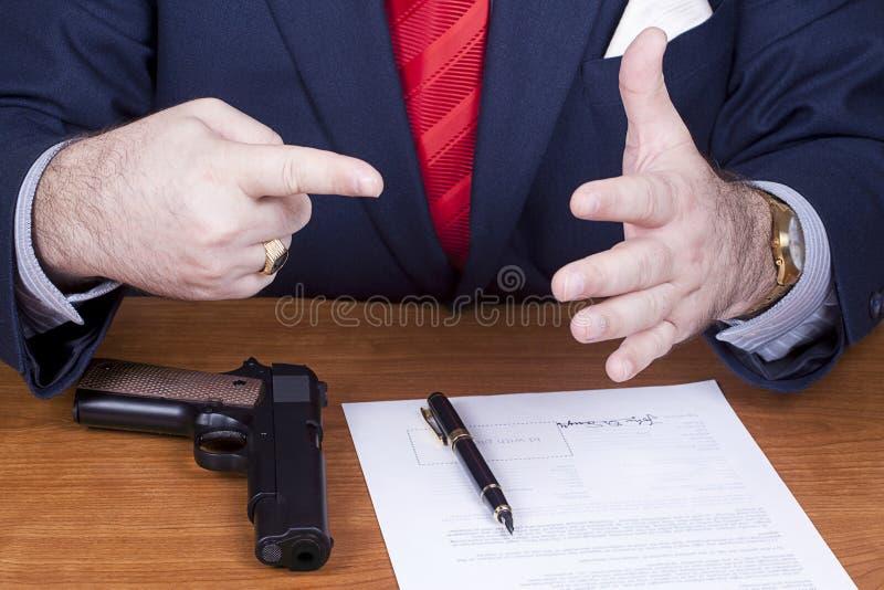 biznesmena kontrakta pistoletu podpisywanie obraz royalty free