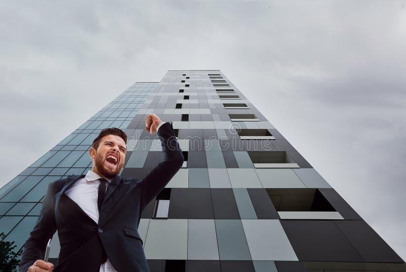Biznesmena krzyczący dźwiganie up przeciw biznesowemu b jego ręka fotografia royalty free