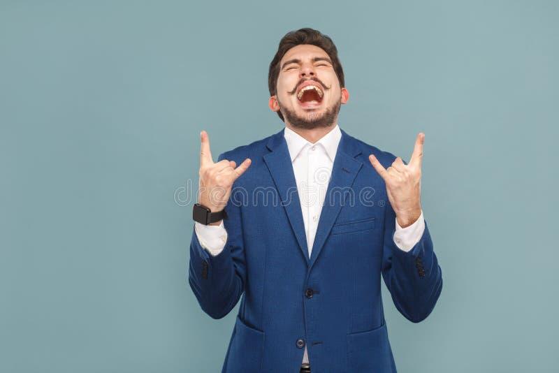 Biznesmena krzyk i pokazywać rock and roll znaka zdjęcie royalty free