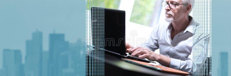 biznesmena laptopu dojrza?y dzia?anie sztandar panoramiczny zdjęcia royalty free