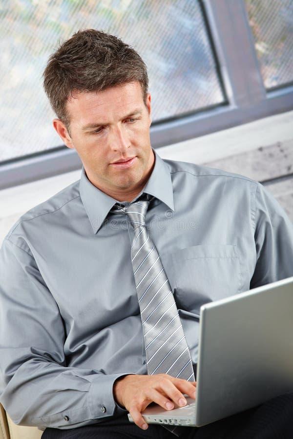 Download Biznesmena Laptopu Działanie Obraz Stock - Obraz złożonej z amerykanin, kolor: 13339411