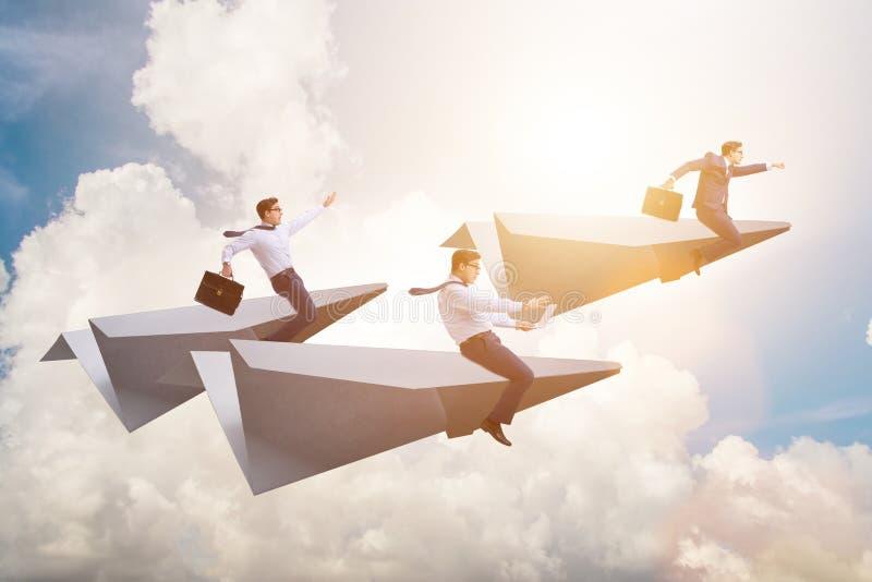 Biznesmena latanie na papieru samolocie w biznesowym pojęciu zdjęcie stock