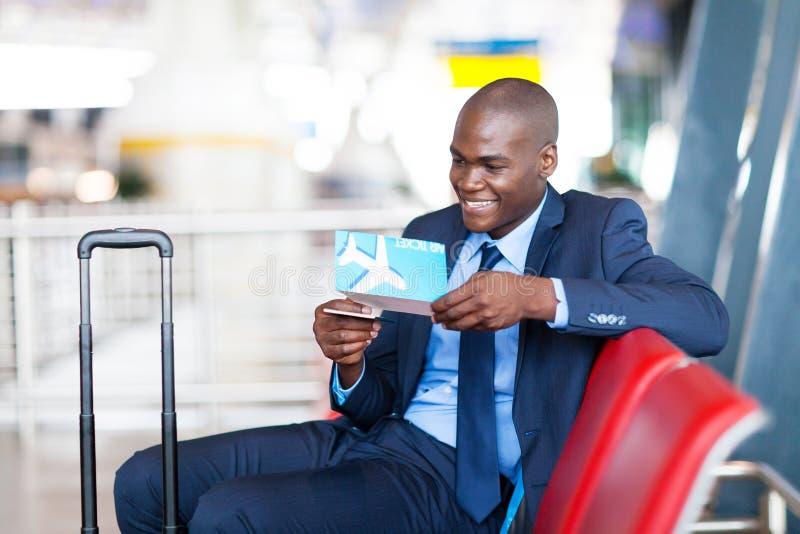 Biznesmena lotniskowy czekanie obraz stock