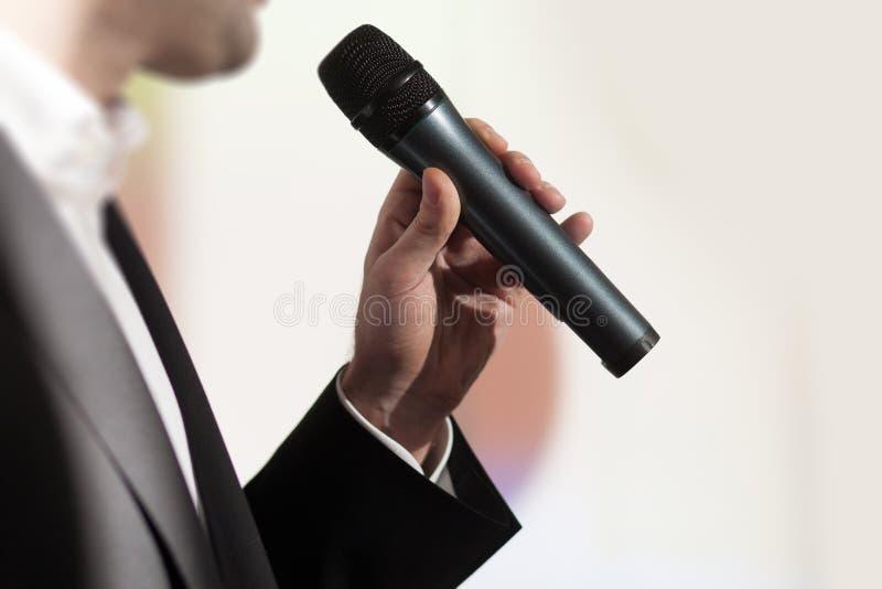 biznesmena mówca trzyma odczytowego używa mikrofon zdjęcie stock