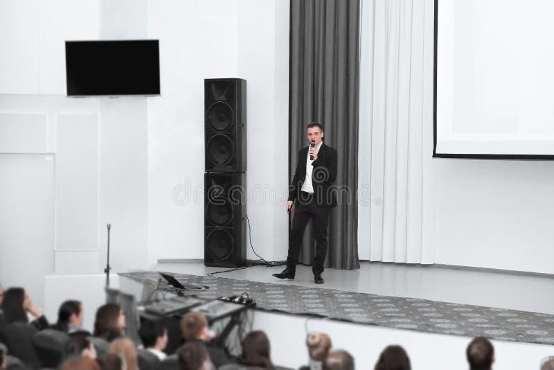 Biznesmena mężczyzny pozycja na scenie podczas konferencji prasowej obraz royalty free