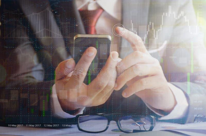 Biznesmena macania ekranu smartphone zdjęcie stock