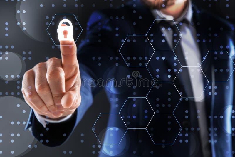 Biznesmena macania pusty wirtualny ekran przeciw ciemnemu t?u fotografia royalty free