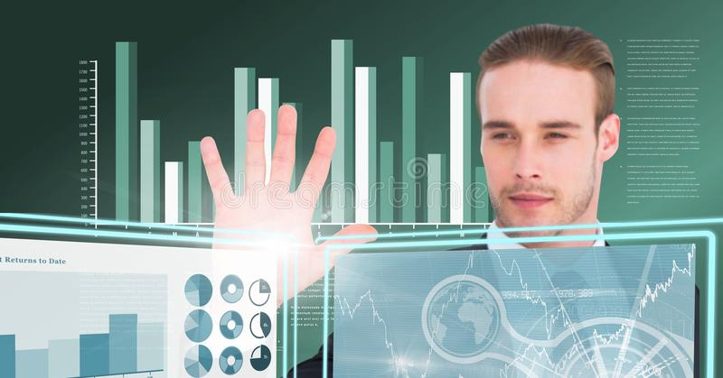 Biznesmena macanie i oddziałać wzajemnie z technologia interfejsu panel zdjęcie royalty free