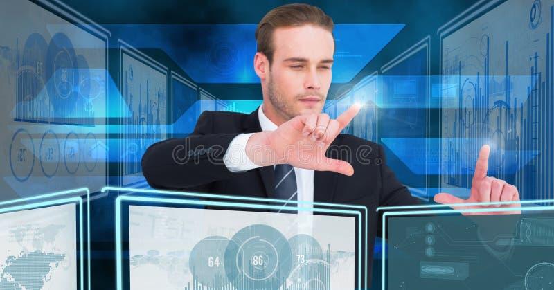 Biznesmena macanie i oddziałać wzajemnie z technologia interfejsu panel obraz stock
