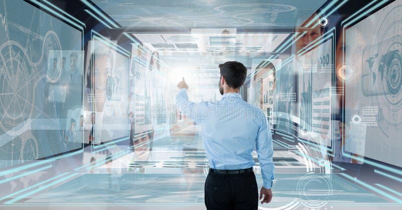 Biznesmena macanie i oddziałać wzajemnie z technologia interfejsu panel zdjęcia royalty free