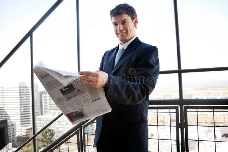 biznesmena mienia gazeta fotografia stock