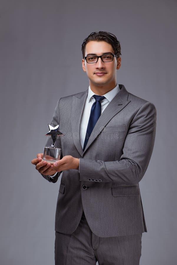 Biznesmena mienia gwiazdy nagroda w biznesowym pojęciu fotografia stock
