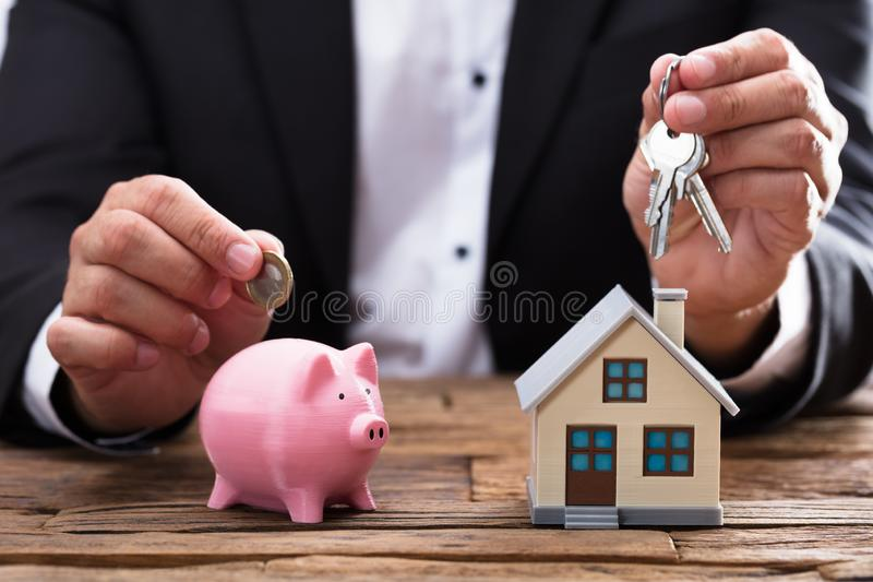 Biznesmena mienia klucz nad, moneta i obraz royalty free