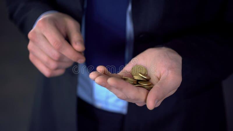Biznesmena mienia monety w palmie, niski zysk, upadłościowy pojęcie, zakończenie w górę obrazy stock