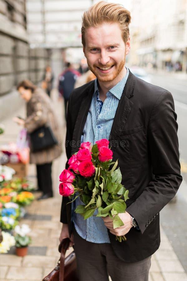 Biznesmena mienia ono uśmiecha się i kwiaty zdjęcie royalty free