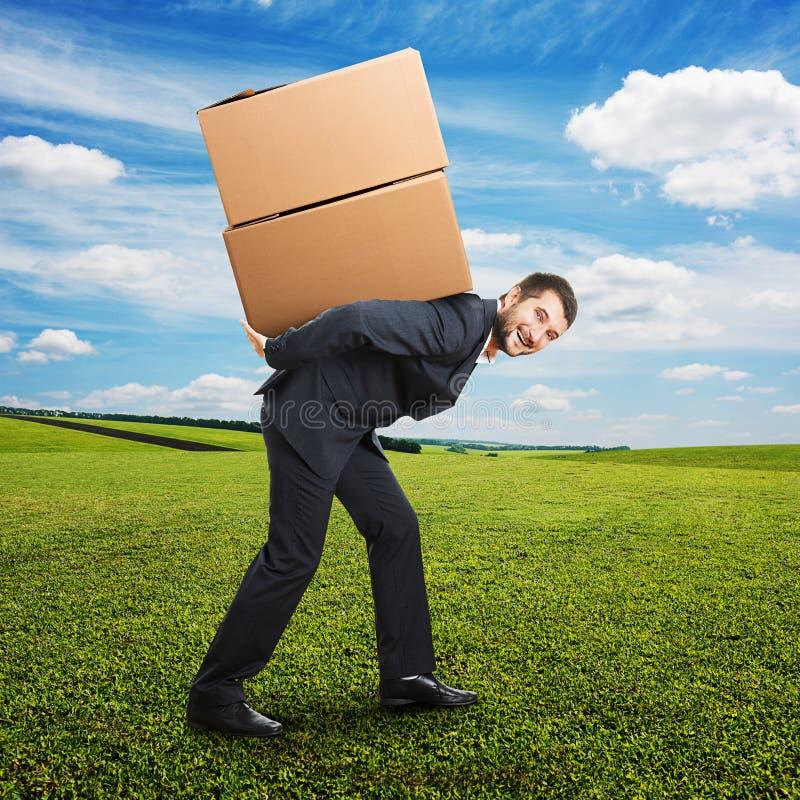 Biznesmena mienia pakunki na plecy obraz stock