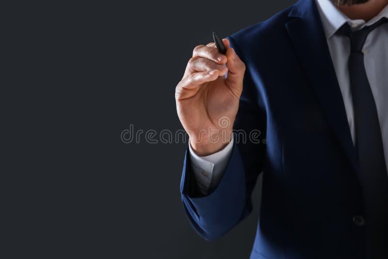 Biznesmena mienia pióro w ręce fotografia royalty free