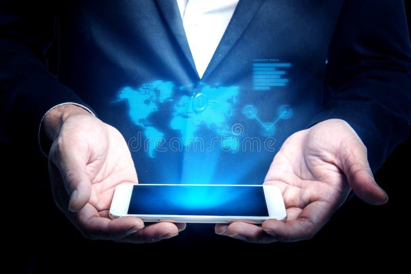 Biznesmena mienia smartphone z hologramem światowej mapy connec obrazy royalty free