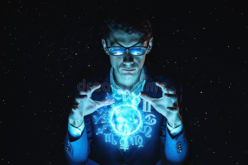 Biznesmena mienie oddaje magiczną sferę z horoskopem przepowiadać przyszłość Astrologia jako biznes obrazy royalty free
