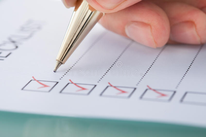 Biznesmena narządzania lista kontrolna obrazy royalty free