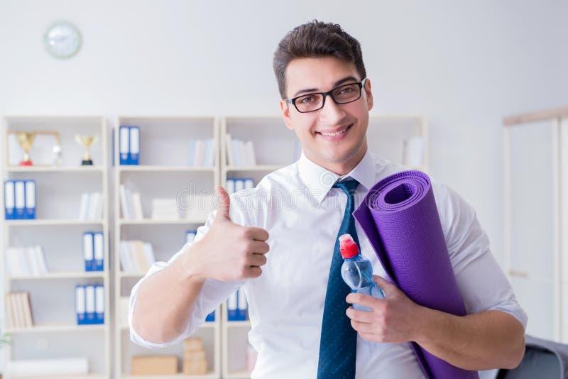 Biznesmena narządzanie iść ćwiczyć w gym fotografia royalty free