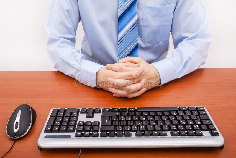 Biznesmena obsiadanie na biurku w bossy pozyci zdjęcia stock