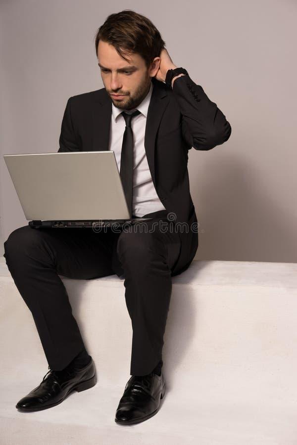 Biznesmena obsiadanie na schodowym działaniu na laptopie fotografia royalty free