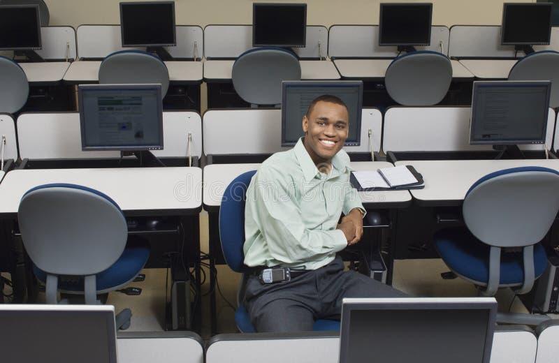 Biznesmena obsiadanie Przy biurkiem W Komputerowym pokoju obraz stock