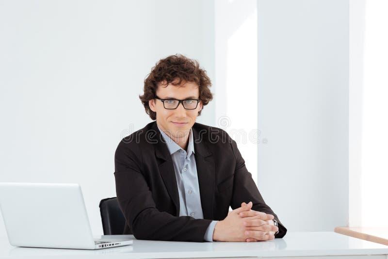 Biznesmena obsiadanie przy stołem z laptopem zdjęcie stock