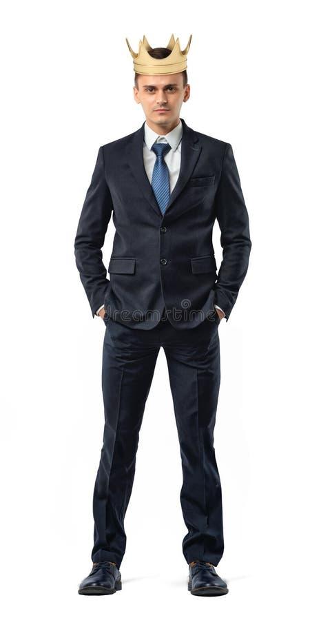Biznesmena odosobneni stojaki z złotą koroną na jego głowie w frontowym widoku obraz stock