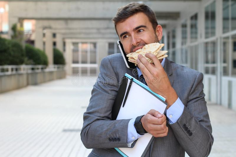 Biznesmena odprowadzenie, łasowanie i opowiadać na telefonie w tym samym czasie, obrazy royalty free
