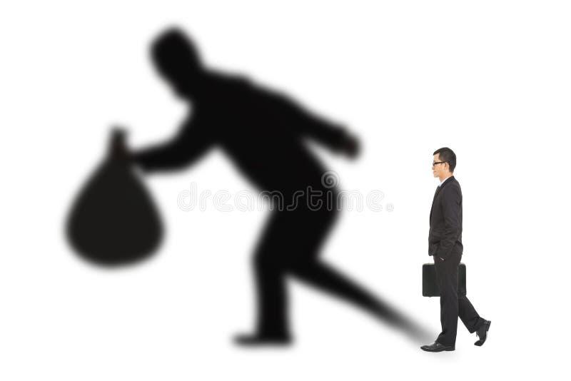 Biznesmena odprowadzenie i mienie torba z złodziejem ocieniamy zdjęcia stock
