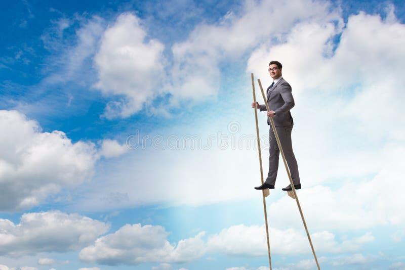 Biznesmena odprowadzenie na stilts - stojący out od tłumu obraz stock