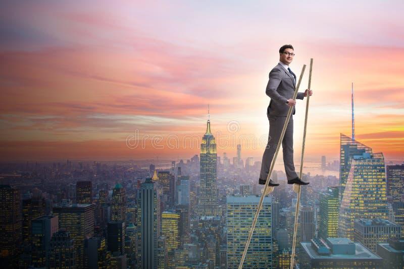 Biznesmena odprowadzenie na stilts - stojący out od tłumu fotografia stock