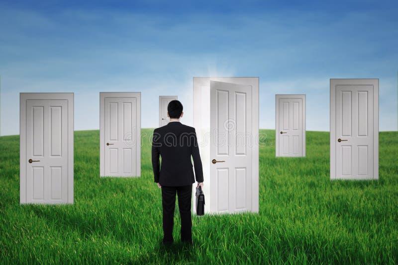 Biznesmena odprowadzenie w sposobności drzwi zdjęcia stock
